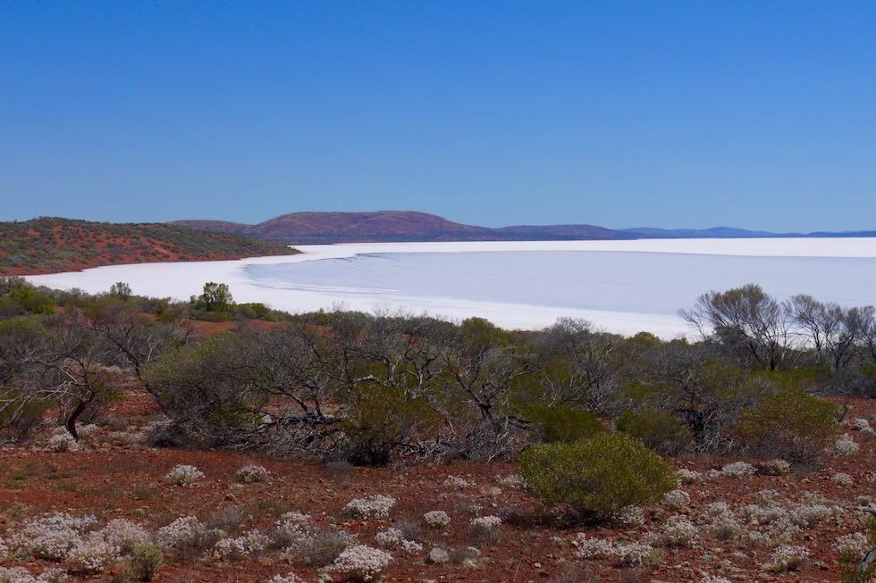 Farbkontraste: rote Grawler Range, schneeweißer Lake Gairdner - South Australia
