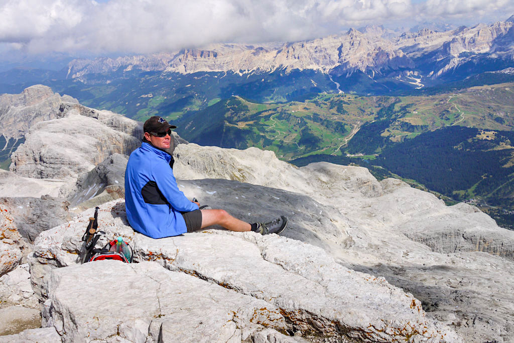 Gipfelrast mit atemberaubendem Panorama - Piz Boe Gipfel - Sella-Gruppe, Dolomiten