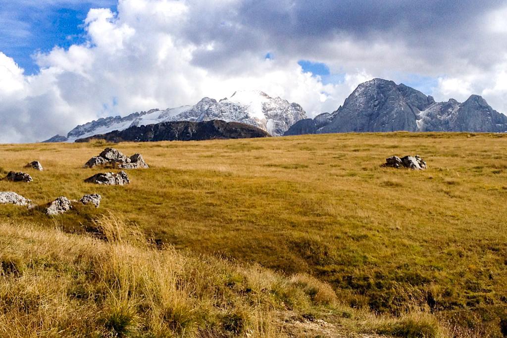 Graslandschaft am Ende des Abstiegs vom Piz Boe durch die Pordoischarte zum Pordoijoch - Dolomiten, Südtirol