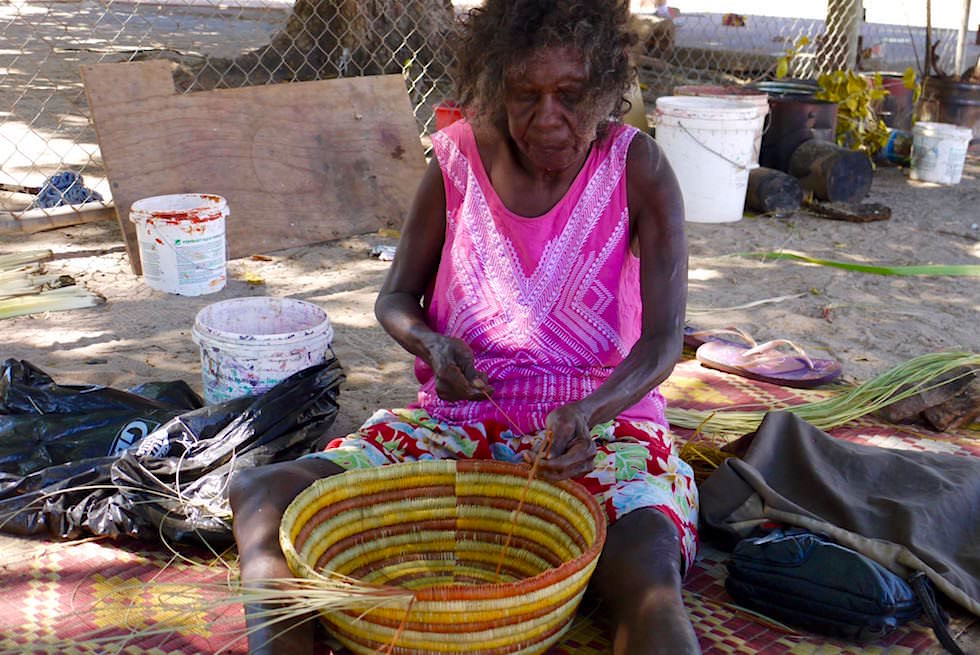 Aboriginal Frau beim Körbe flechten - Injalak Arts Center -Arnhem Land -Northern Territory