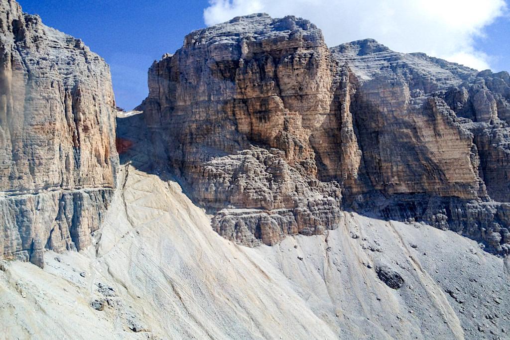 Aufstieg oder Abstieg durch die obere, steile Pordoischarte zum Passo Pordoi - Piz Boe Wanderung - Sella-Gebirge, Dolomiten