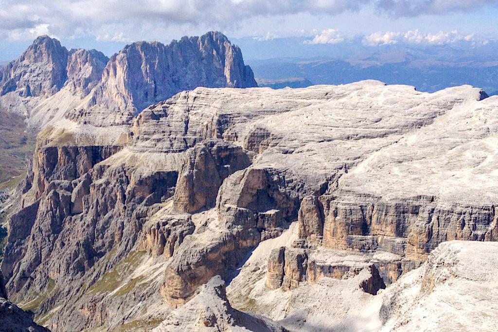 Piz Boe Gipfel - Atemberaubende Ausblicke auf die Sella-Gruppe & die Bergwelt der Dolomiten nach einer kurzen leichten Wanderung vom Sass Pordoi - Südtirol