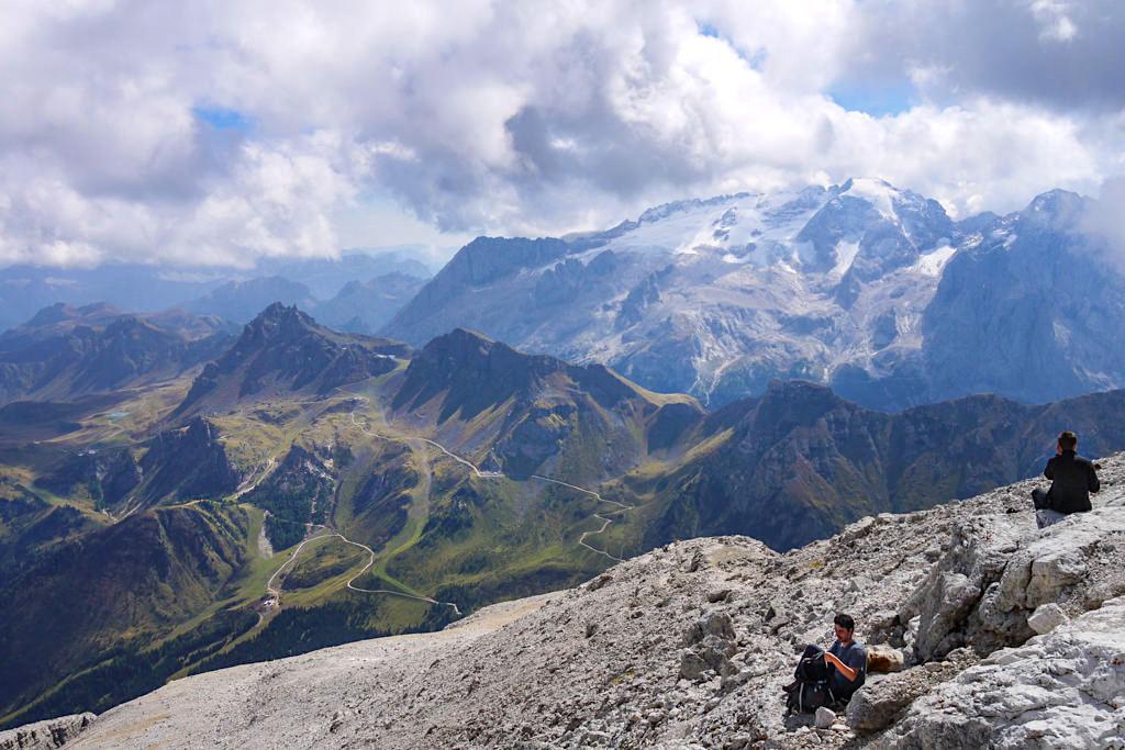 Leichte Piz Boe Gipfel Wanderung - Belohnung sind herrliche Rastplätze mit grandiosem Bergwelt-Panorama vom höchsten Berg der Sella-Gruppe - Dolomiten, Südtirol