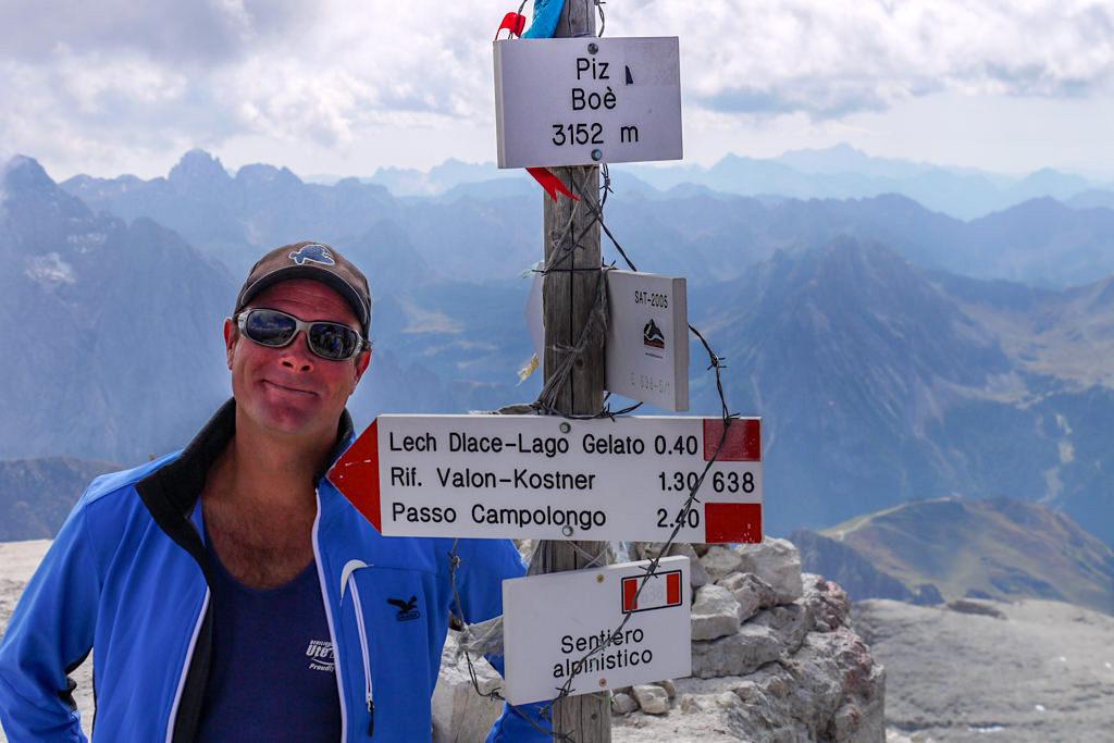Leichte Wanderung vom Pordoijoch zum Piz Boe Gipfel - Höchster Berg der Sella Gruppe - Dolomiten, Südtirol