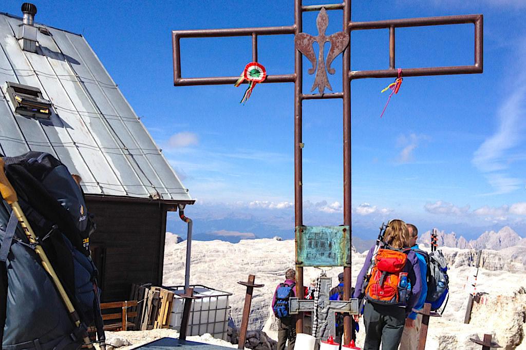 Piz Boe Gipfelkreuz - leider ein sehr verbauter höchster Gipfel des Sella Gebirges, aber die überwältigen Ausblicke entschädigen total - Dolomiten, Südtirol