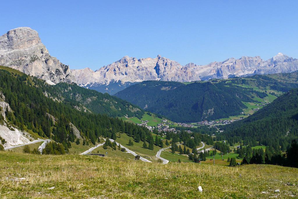 Pordoi Passstraße mit Blick auf die Sella & Dolomiten - Südtirol