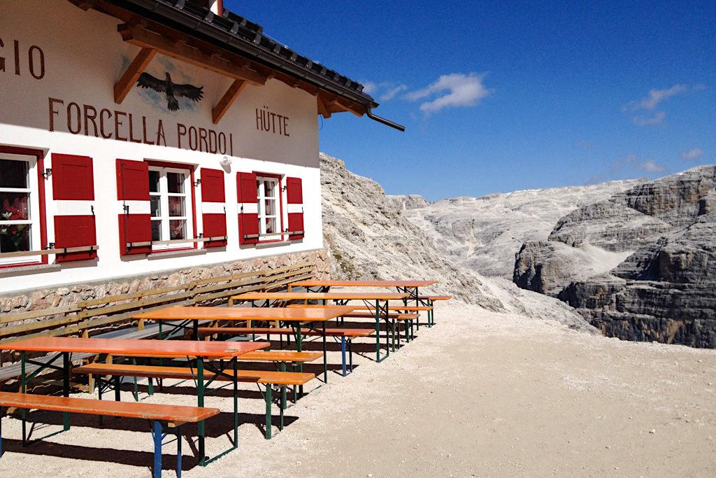 Rifugio Forcella Pordoi - Gemütliche Hütte an der Pordoischarte auf der Wanderung zum Piz Boe - Sella-Gebirge, Dolomiten, Südtirol