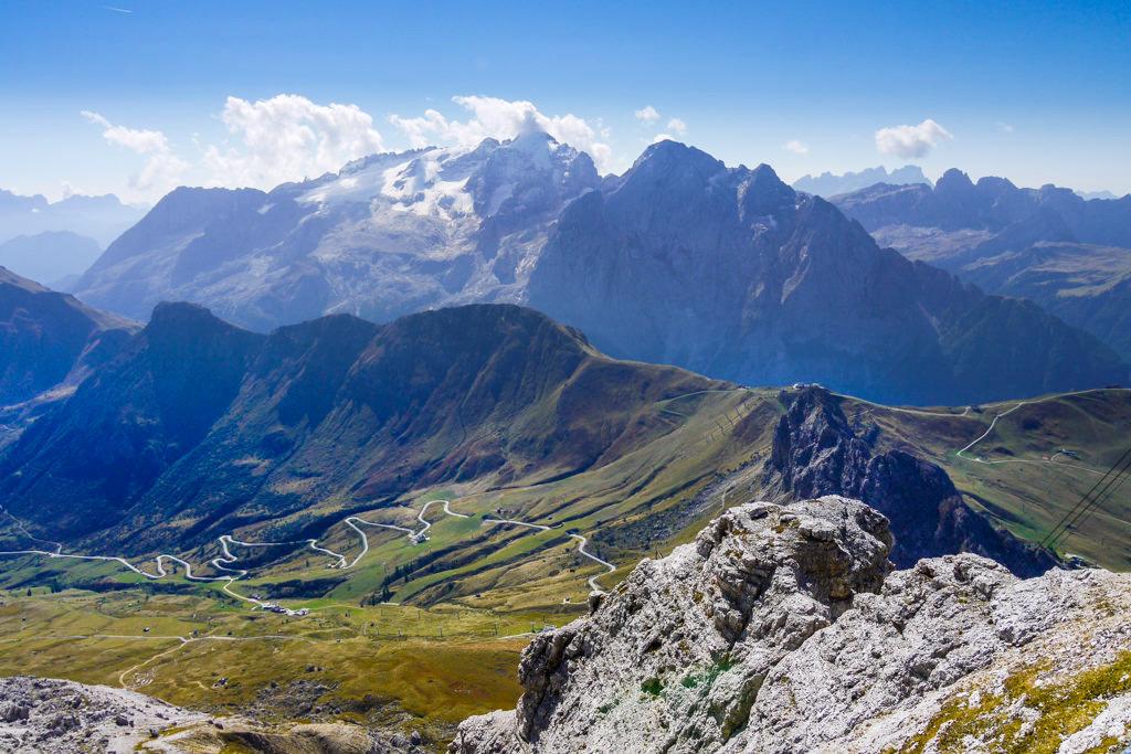 Sass Pordoi - Grandiose Ausblicke von der Panorama-Terrasse auf das Fassa Tal & Dolomitengipfel - Piz Boe Wanderung - Sella Gebirge, Südtirol