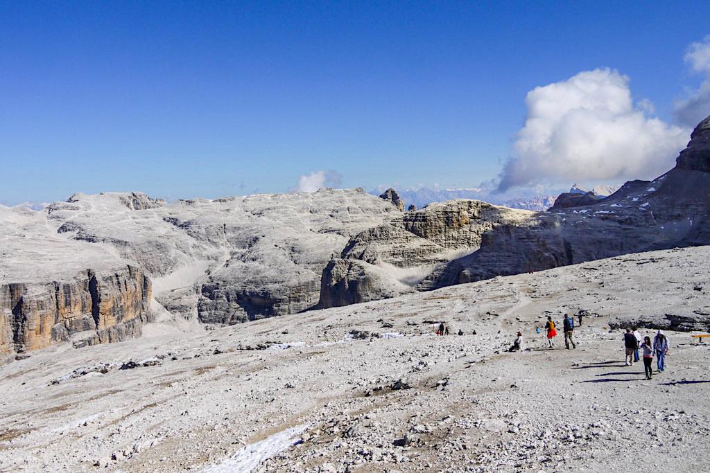Kurzer Abstieg vom Sass Pordoi durch eine surreale Mondlandschaft aus Fels - Leichte, faszinierende Piz Boe Wanderung - Dolomiten, Südtirol