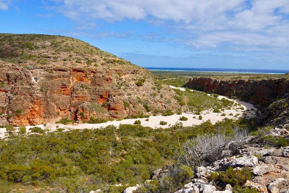 Blick auf das ausgetrocknete Flussbett der Mandu Mandu Gorge - Wandern im Cape Range National Park - Western Australia
