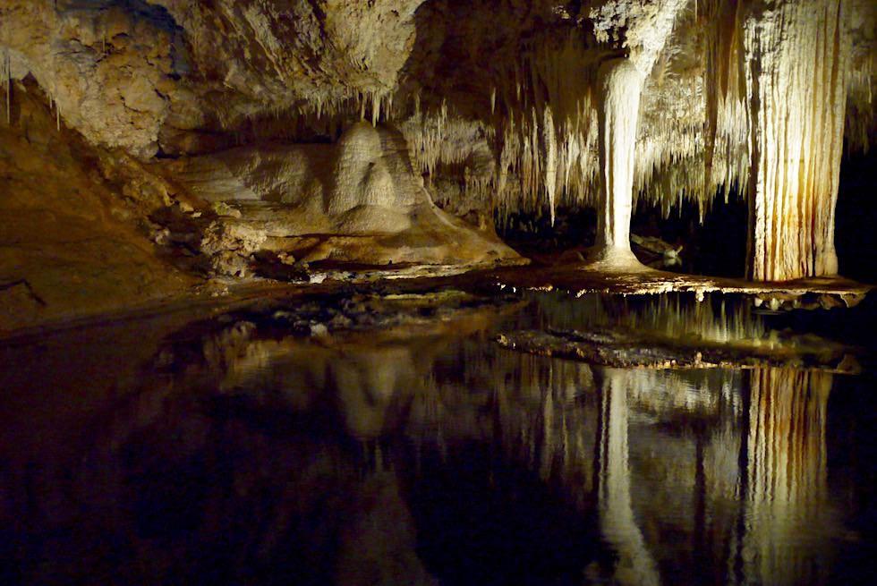 Margaret River Caves - Das Highlight von Lake Cave: der sich spiegelnde, hängende Tropfstein-Tisch - Western Australia