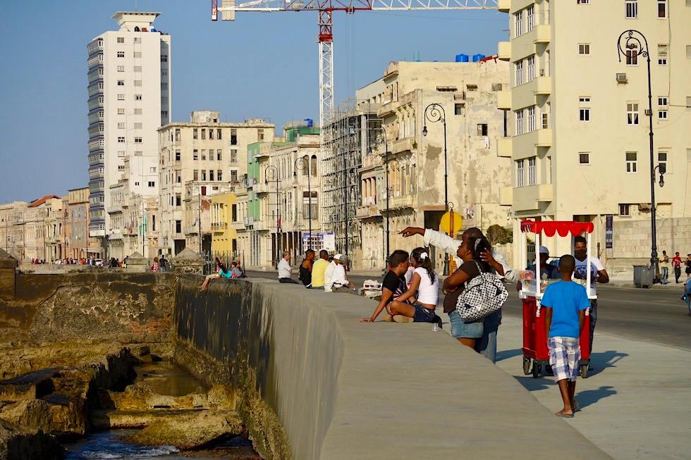 Hier versammeln sich die Habaneros: Abendstimmung Malecón - Havanna - Kuba