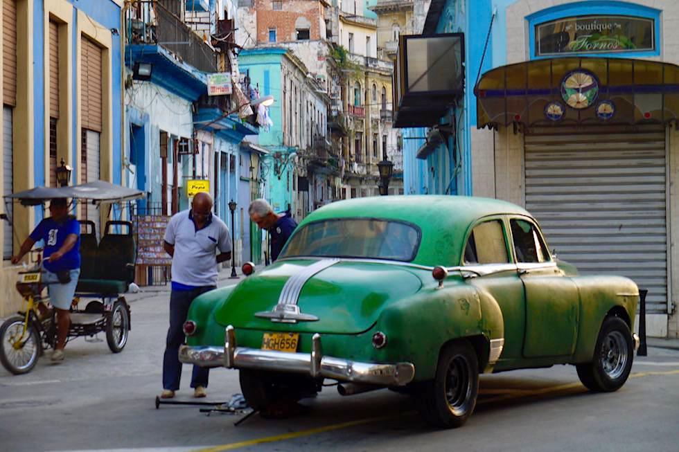 Einfach liegengeblieben: Autoreparatur auf Straße inmitten Havannas - Kuba