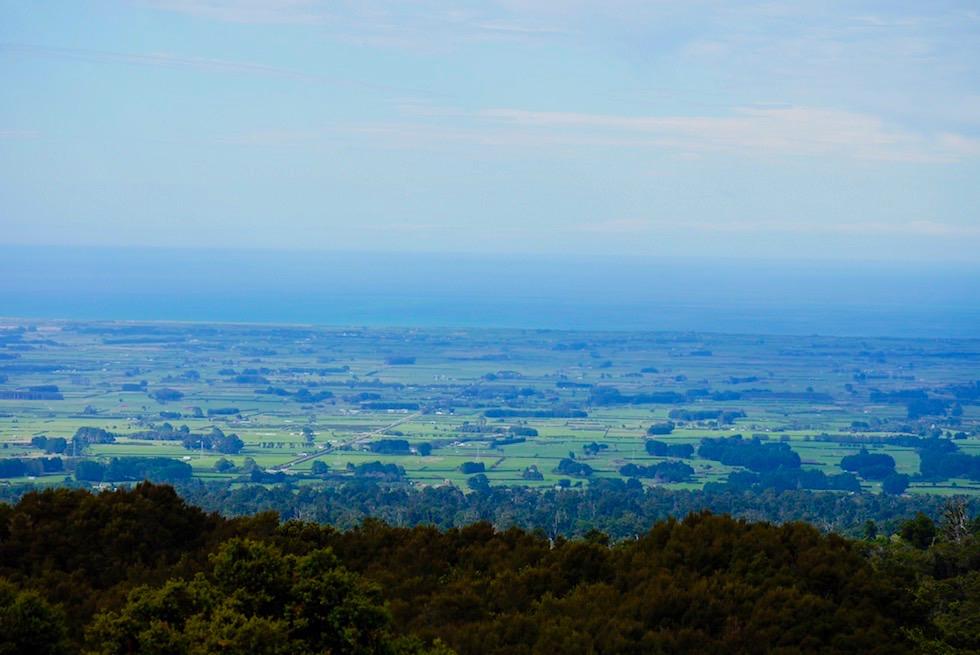 Blick über die Ebene des Egmont National Park bis zur Tasman Sea - Nordinsel Neuseeland