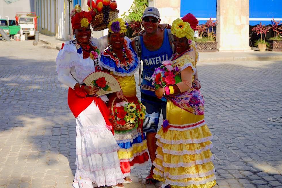 Ein einträgliches Geschäft: Foto ggen Geld - Karibikdamen in der Altstadt Havannas - Kuba