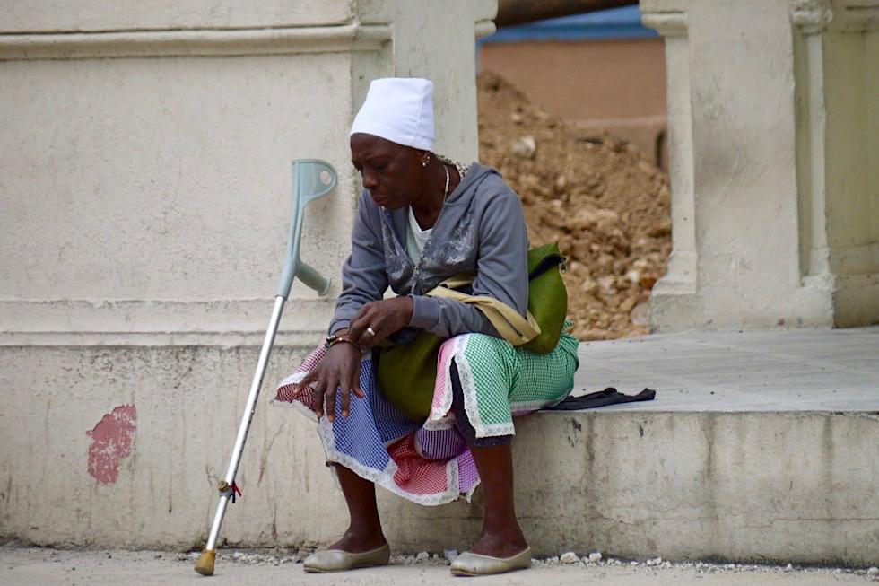 Frau mit Krücke - Havanna - Kuba