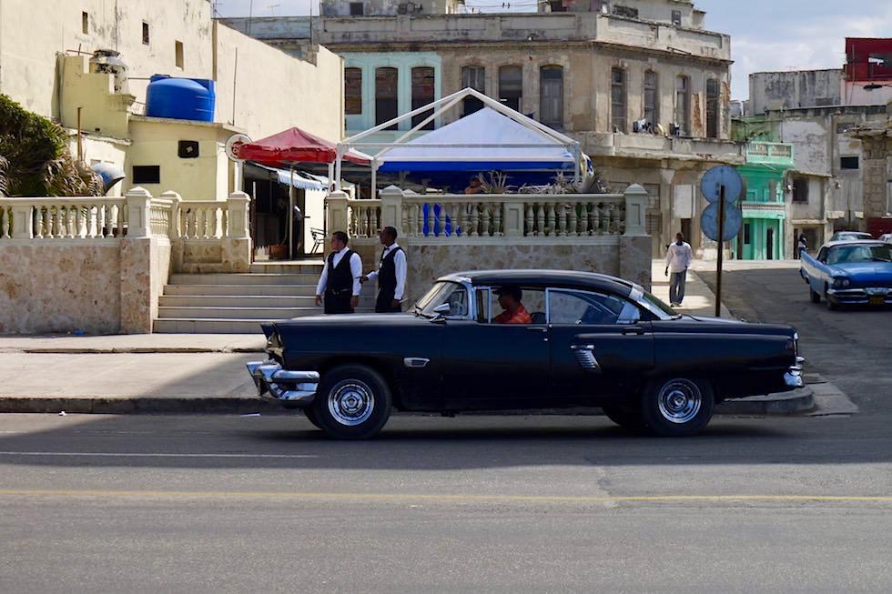 Je Möglichkeit wird genutzt: Gartenrestaurants am Malecón von Havanna - Kuba