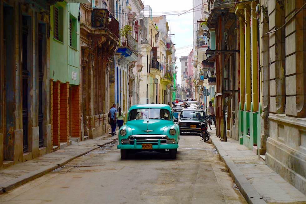 Nirgendwo ist Verfall schöner anzusehen: Gasse mit Oldtimer - Havanna - Kuba