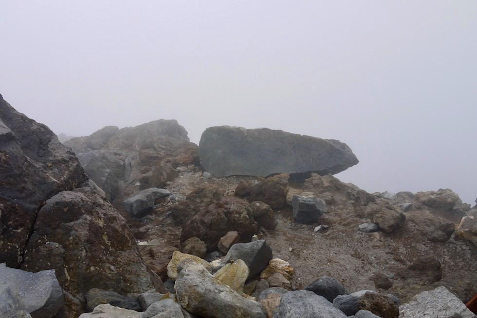 Statt weitem Ausblick: Gipfel des Mt Taranaki in dichter Wolkendecke - Egmont National Park - Nordinsel Neueeland