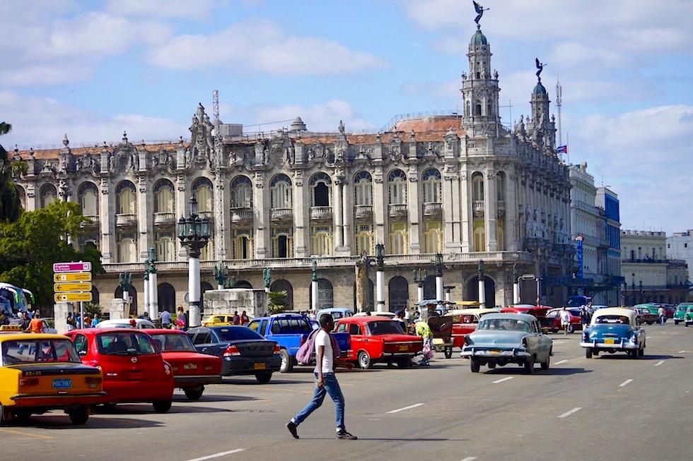 Laut und hektisch: die Straße beim Gran Teatro de la Habana - Kuba