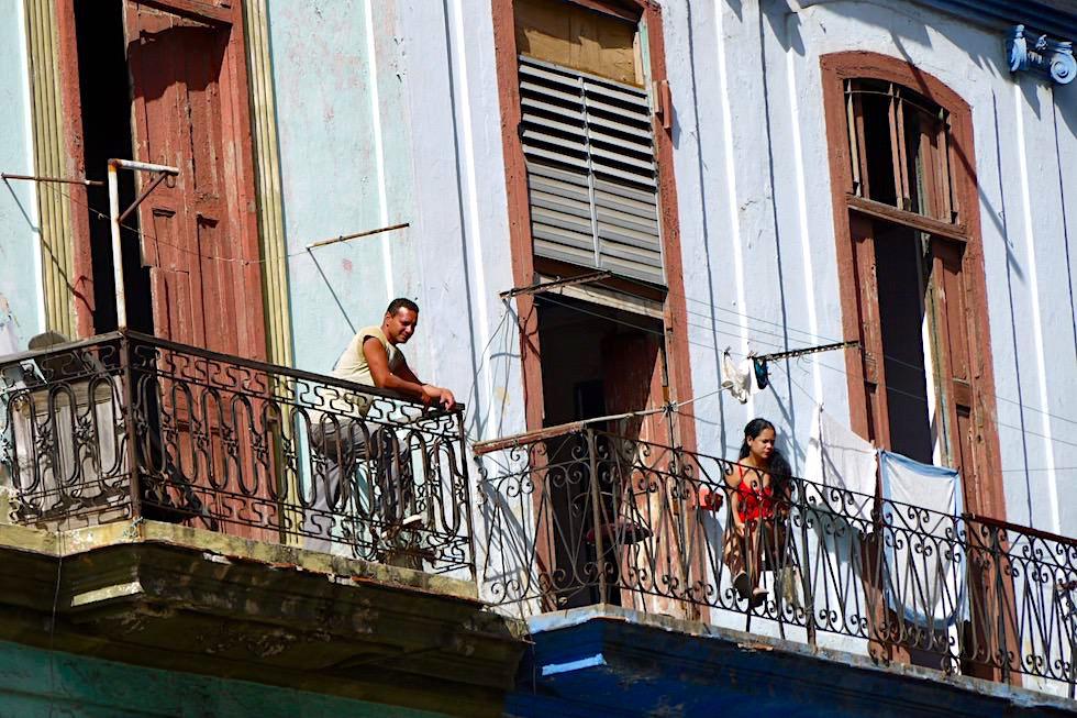 Habaneros auf ihren Balkonen - Havanna - Kuba