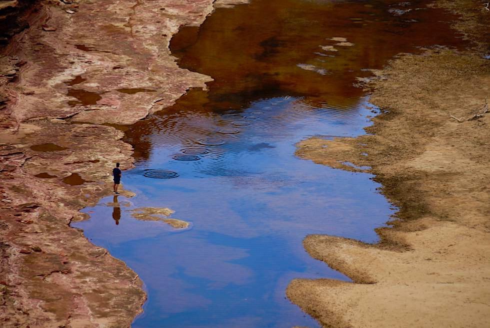 Kalbarri National Park - Steine springen lassen im Murchison River beim Nature's Window - Western Australia