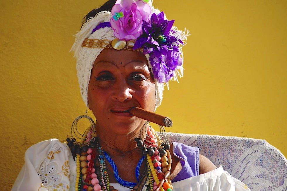 Manchmal sind Klischees wunderschön anzusehen: Karibisches Flair, bunt, lachende Frau & Zigarre - Havanna - Kuba