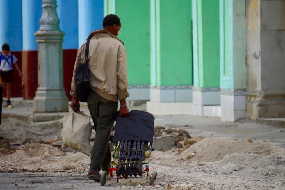 Nicht zu glauben: Mann spaziert mit Gewehren durch Havanna - Kuba