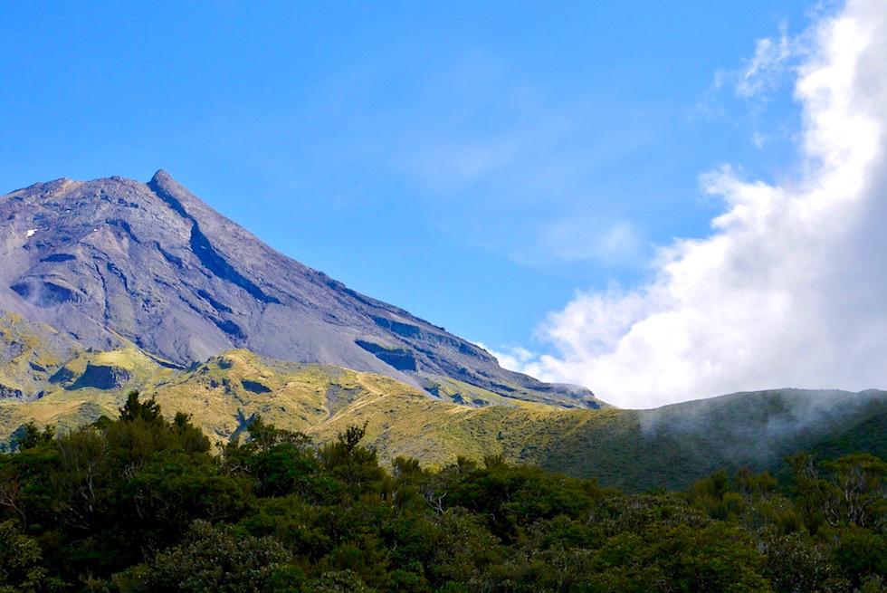 Mt Taranaki mit Wolken im Egmont National Park - Nordinsel Neuseeland