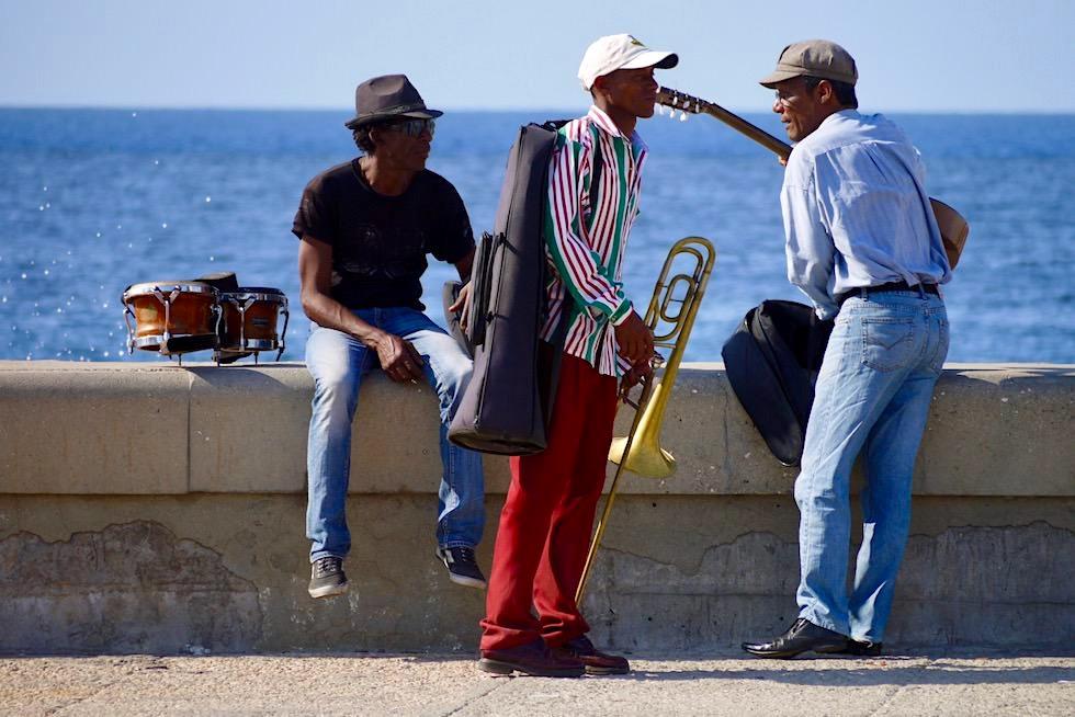 Musiker am Malecón bereiten sich auf den Abend vor - Havanna - Kuba