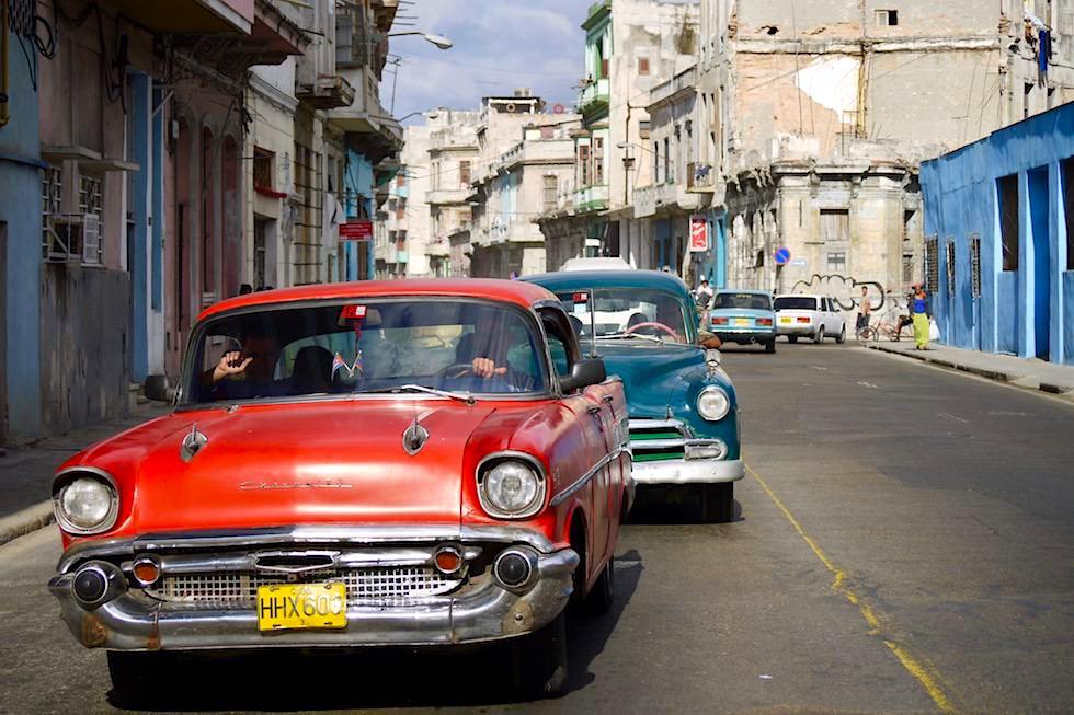 Auch sie sind dem Verfall geweiht: Oldtimer - Straßenbild von Havanna - Kuba