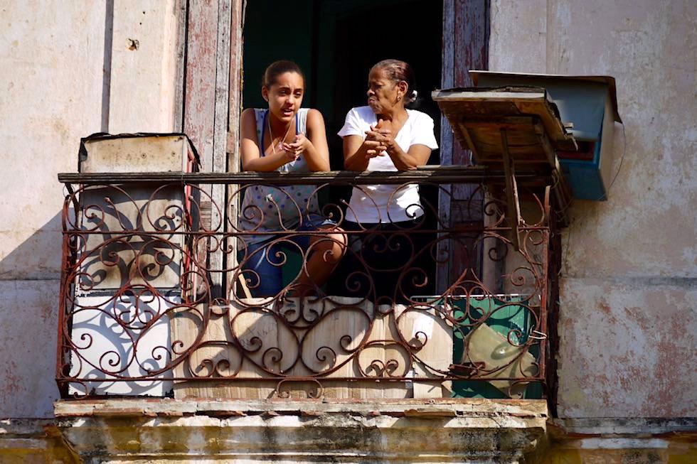 Mittagsplausch auf rostenden Balkon - Havanna - Kuba