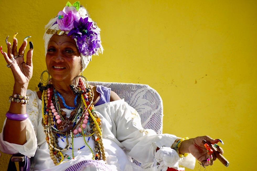 Sie bedient alle Klischees: Schmuck,Dame, Zigarre, Karibik - Havanna - Kuba