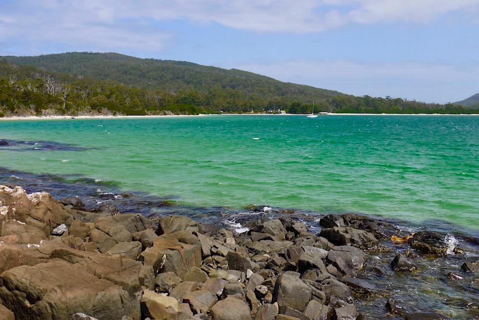 Strandabschnitt mit Felsen - Fisher's Point Wanderung - Cockle Creek - Tasmania