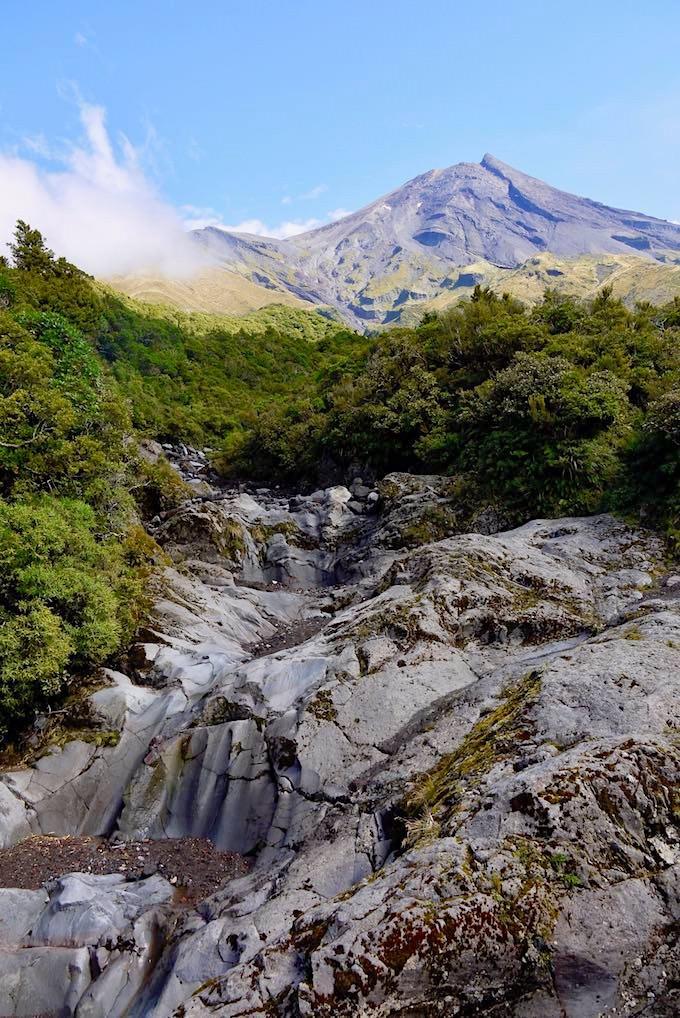 Wanderung entlang der Wilkies Pools mit Blick auf Mt Taranaki - Mt Egmont National Park - Nordinsel Neuseeland