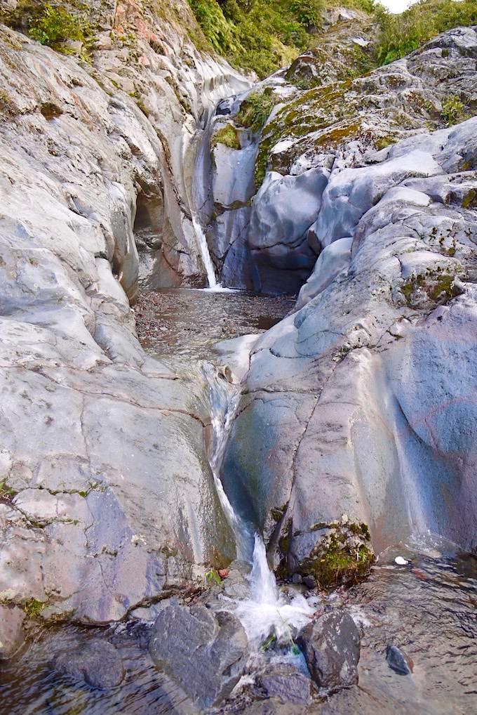 Blick entlang der beeindruckenden Wilkies Pools - Mt Egmont National Park - Nordinsel Neuseeland