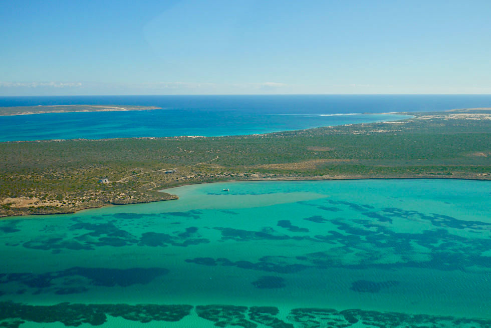 Shark Bay Scenic Flight - Blick auf Dirk Hartog Island & Lodge - Shark Bay Highlights - Western Australia