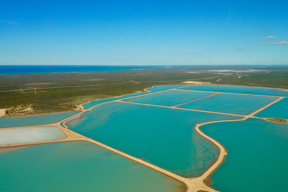 Shark Bay Scenic Flight: Useless Loop Salzgewinnung & frisch geflutete Meerwasserbecken - Western Australia