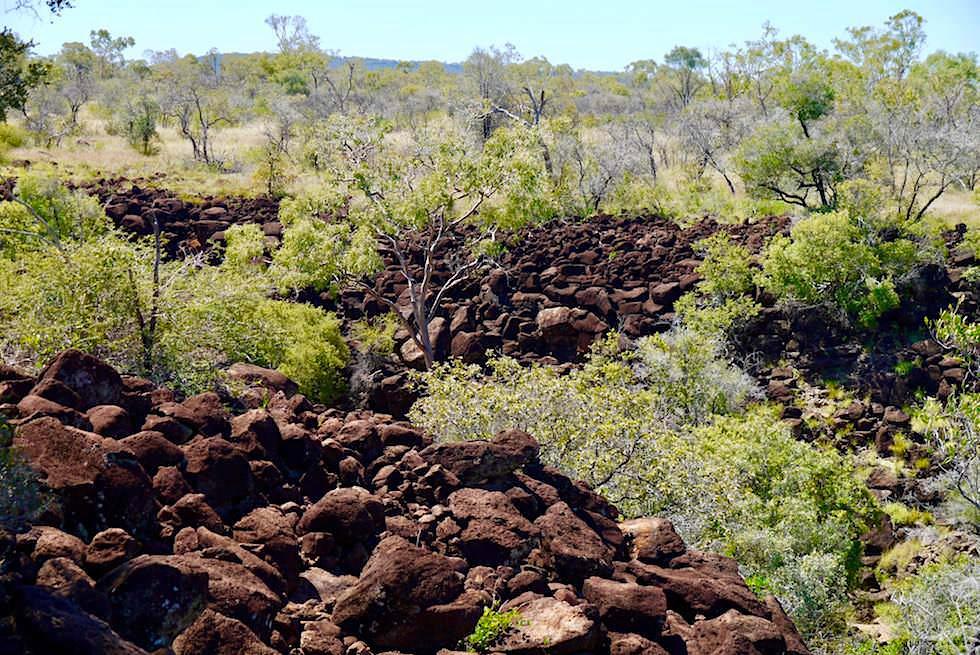 Eagle Hawk Gorge - typischer rotbrauner Basaltboden im Porcupine Gorge National Park - Outback Queensland