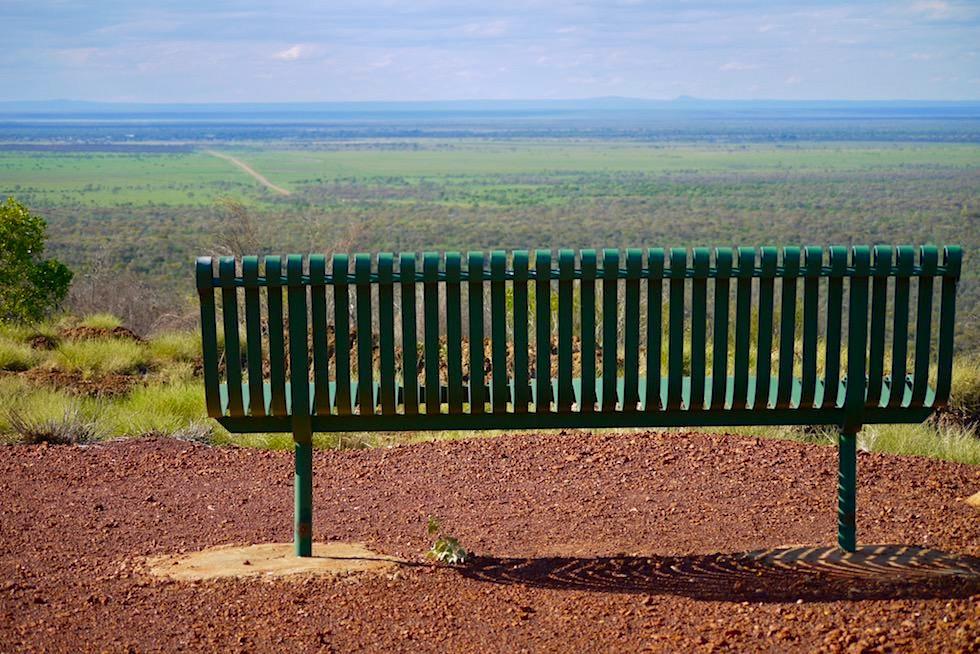 Mount Walker Lookout - Ausblick genießen auf einer Bank - Hughenden - Outback Queensland