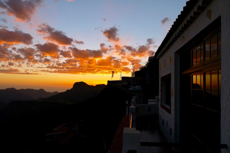 Sonnenuntergang & Reflexionen im Fenster der Höhlenhäuser - Artenara - Gran Canaria