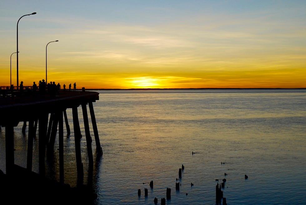 Derby Jetty - Feuriger Sonnenuntergang am Steg mit Menschen - Kimberley - Western Australia