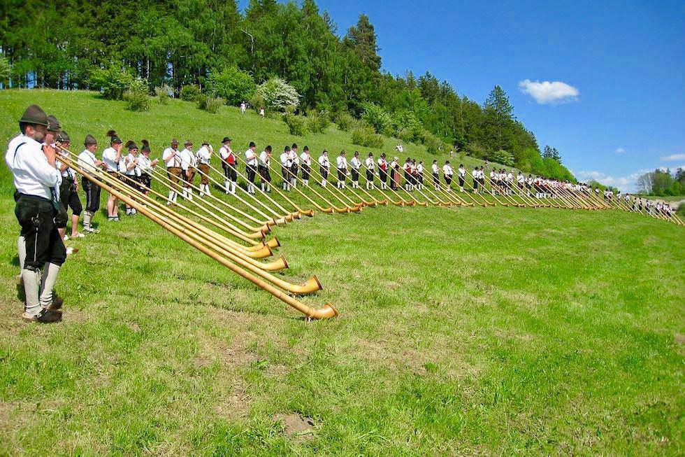 Traditionelles Alphorn-Blasen - Allgäuer Hörnerdörfer bei Oberstdorf - Bayern
