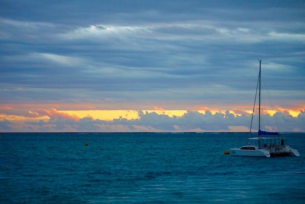 Auf dem Rückweg vom Schnorcheln mit Walhaien: Sonnenuntergang - Coral Bay beim Hafen - Western Australia
