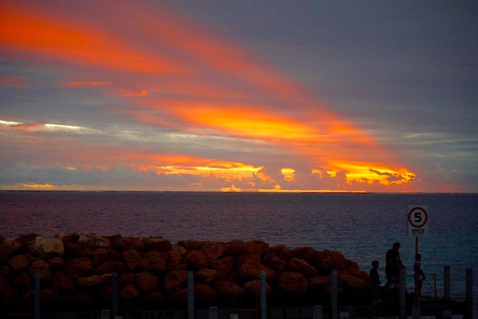 Feuriger Sonnenuntergang mit Wolken - Coral Bay beim Hafen - Western Australia