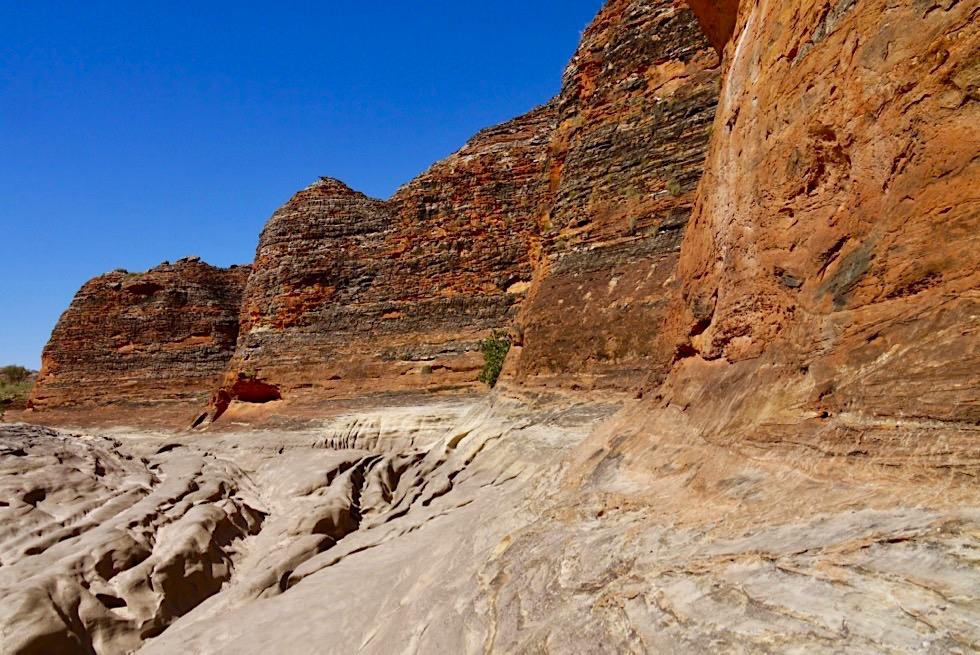 Bungle Bungle National Park - bunt gestreifte Felsen & ausgetrocknetes Flussbett - Piccaninny Creek Walk - Kimberley, Western Australia