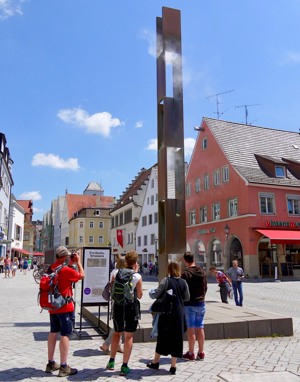 Neuer Freiheitsbrunnen: 12 Tafeln entsprechen den 12 Artikeln - Memmingen - Allgäu - Bayern