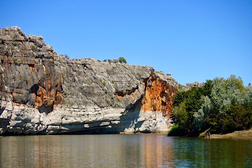 Geikie Gorge Bootstour - Sandufer auf der einen Seite & Steilklippen auf der anderen Seite des Fitzroy River - Kimberley, Western Australia