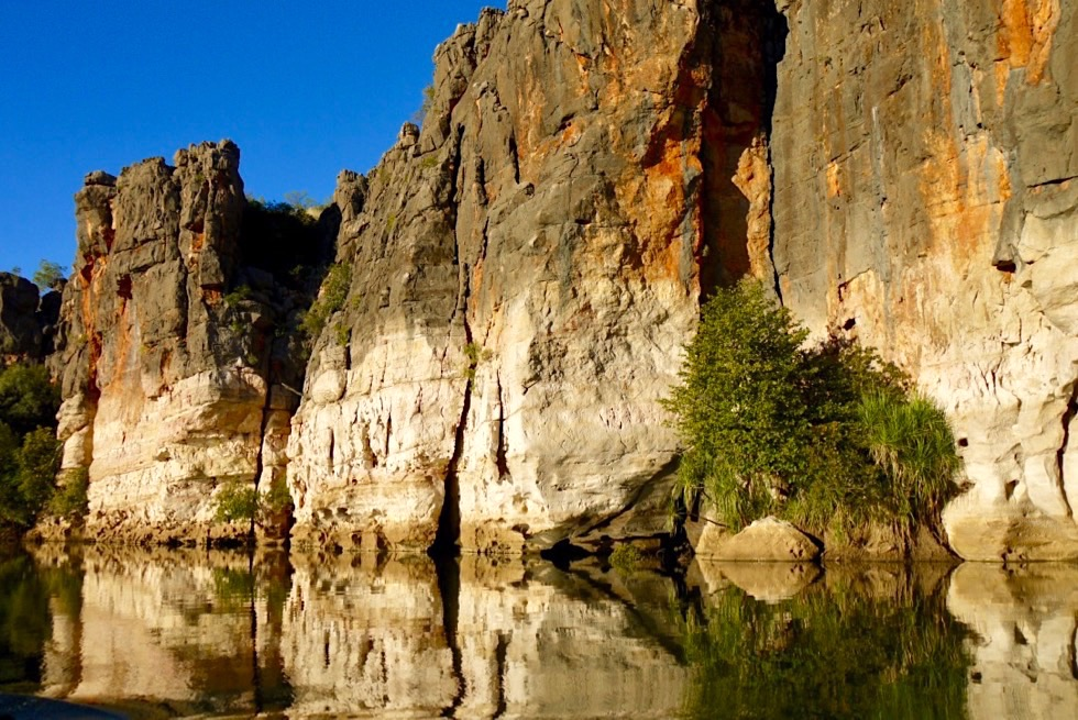 Geikie Gorge Sunset Boat Tour - Felsen im spätes Sonnenlicht spiegeln sich im Fitzroy River - Kimberley - Western Australia