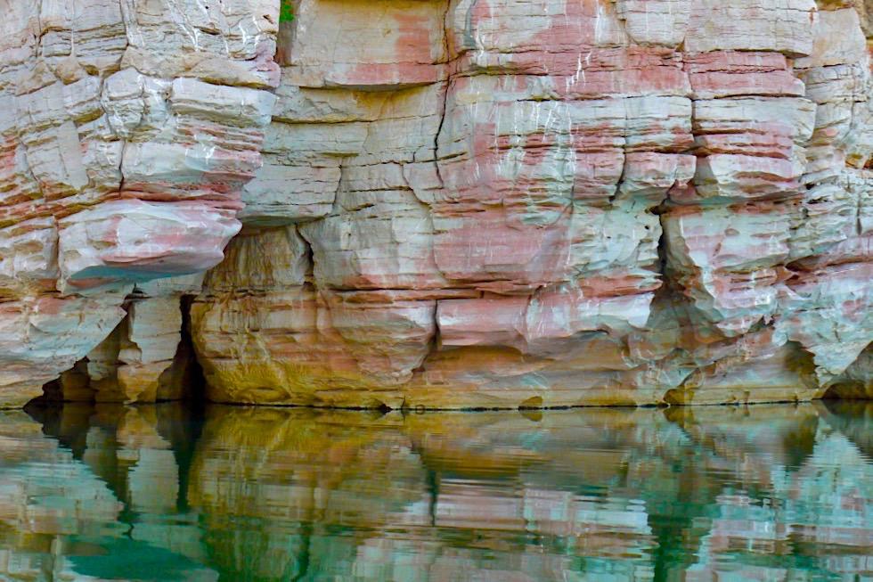 Geikie Gorge - Pink weiss gelb Felsen & Spiegelungen - Fitzroy River - Kimberley - Western Australia